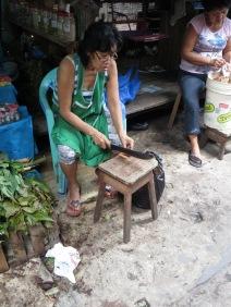 Kvinna hugger ayahuasca.
