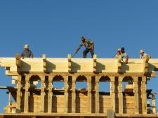Bygge av ny grekisk-ortodox kyrka i timmer.