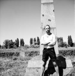 Här står jag framför en av obelisken på en av redutterna, Xenar 75 mm.